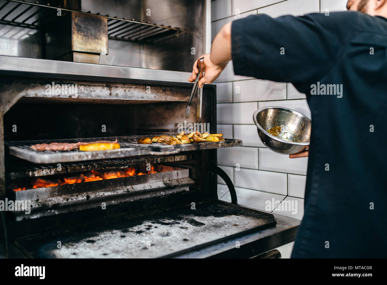 Kochen Hande Bereitet Smoky Fleisch Am Grill Backofen Burger Kochen