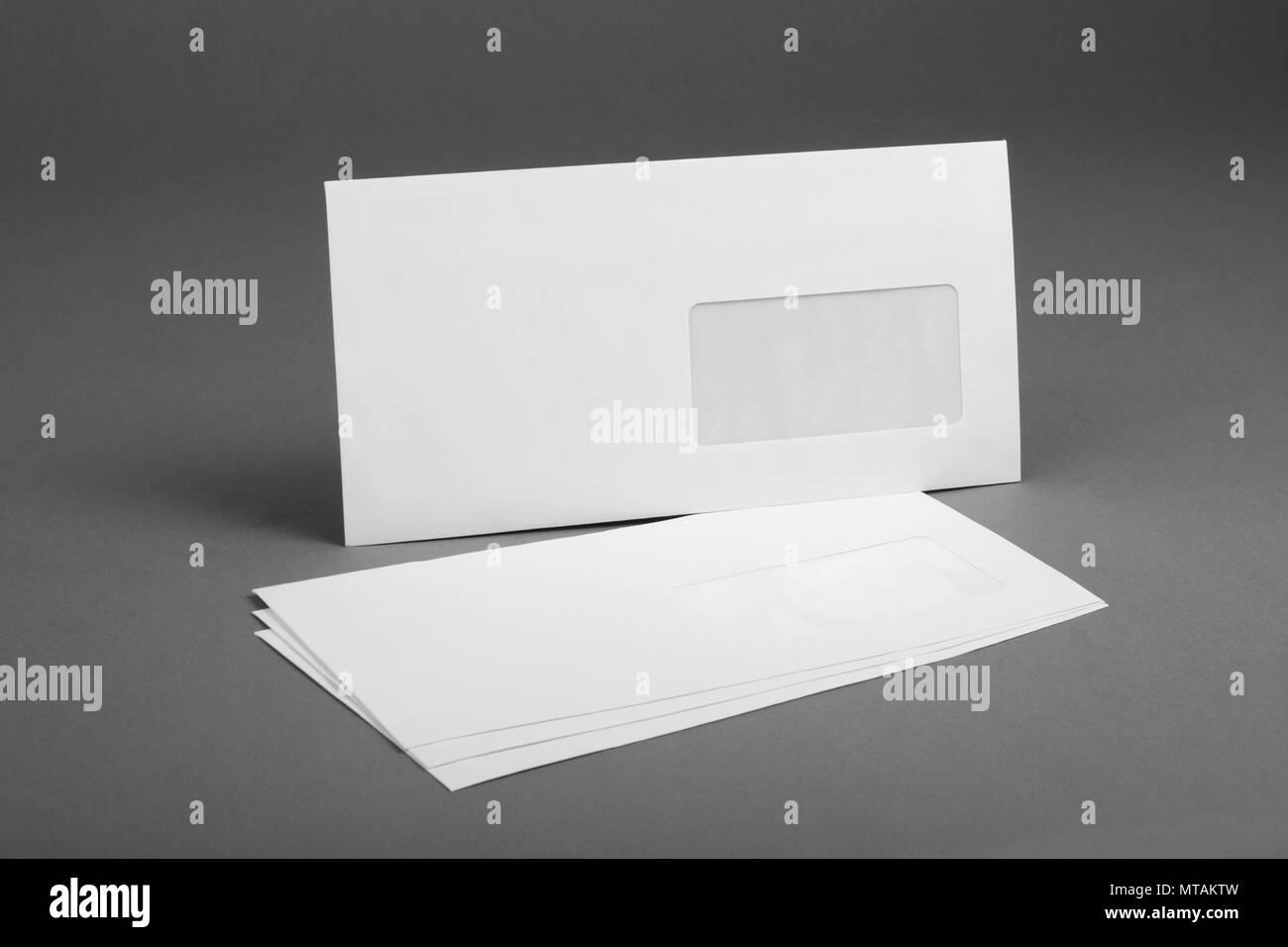 Weißer Umschlag Mit Fenster Adresse Auf Grauem Hintergrund Stockfoto