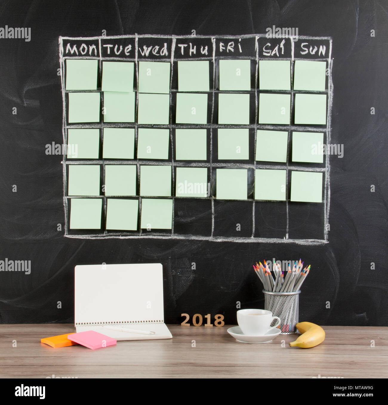 Raster Zeitplan Zeitplan auf Schwarze Schiefertafel Hintergrund ...