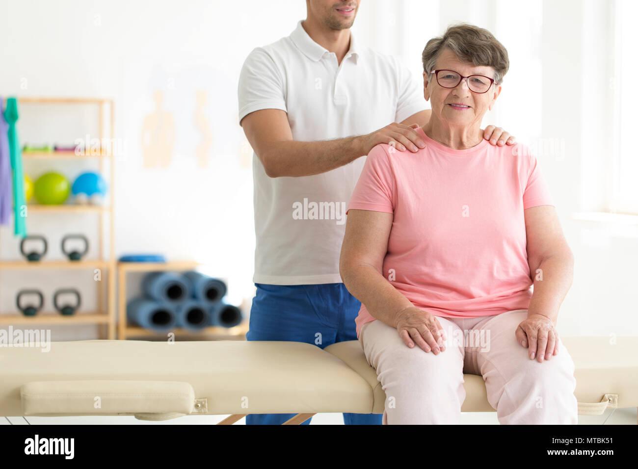 Ältere Dame durch einen Physiotherapeuten auf Physiotherapie rehabilitiert werden Stockbild