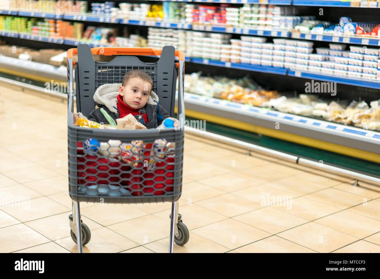 f9076dde68a4e1 Schönes Baby in Warenkorb - Trolley. Ein Trolley mit Erzeugnisse