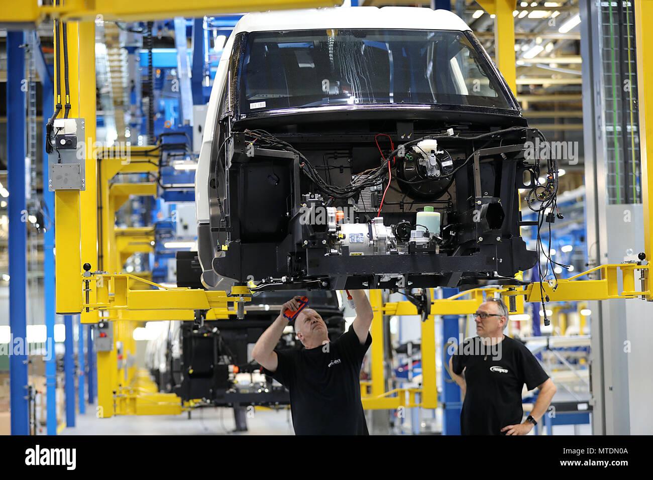 30. Mai 2018, Deutschland, Düren: Techniker arbeiten an einem ...