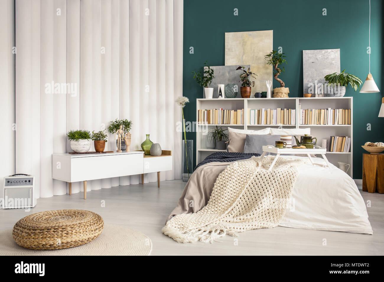 Modernes Schlafzimmer Innenraum mit Topfpflanzen, türkis ...