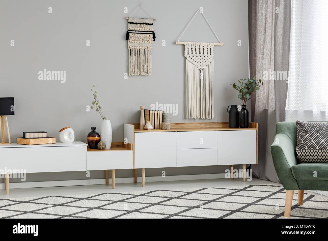 Diy Dekoration An Der Wand Uber Weissen Schrank Im Wohnzimmer