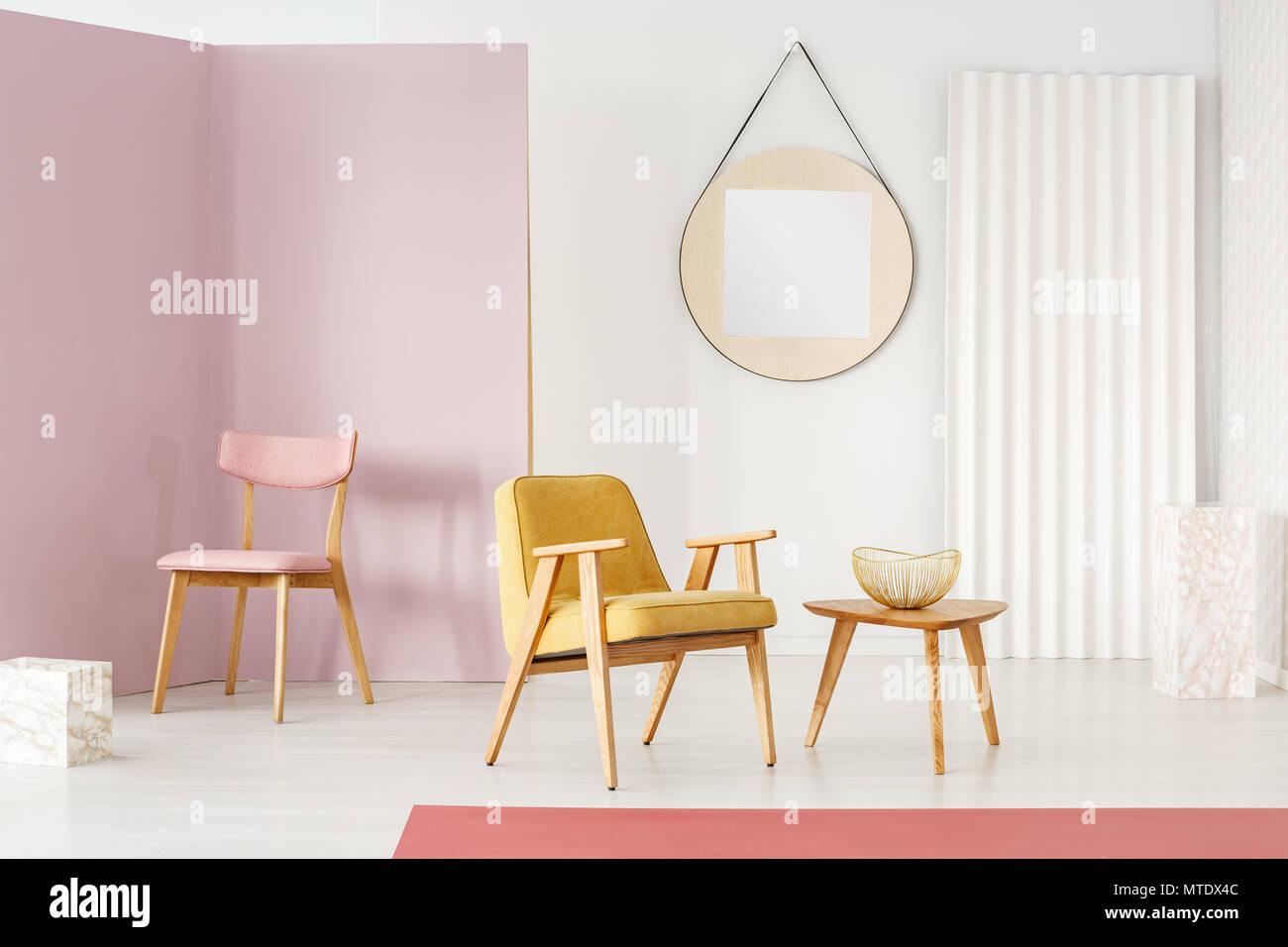 Rosa Stuhl In Der Ecke Und Gelben Sessel Durch Einen Holztisch Mit