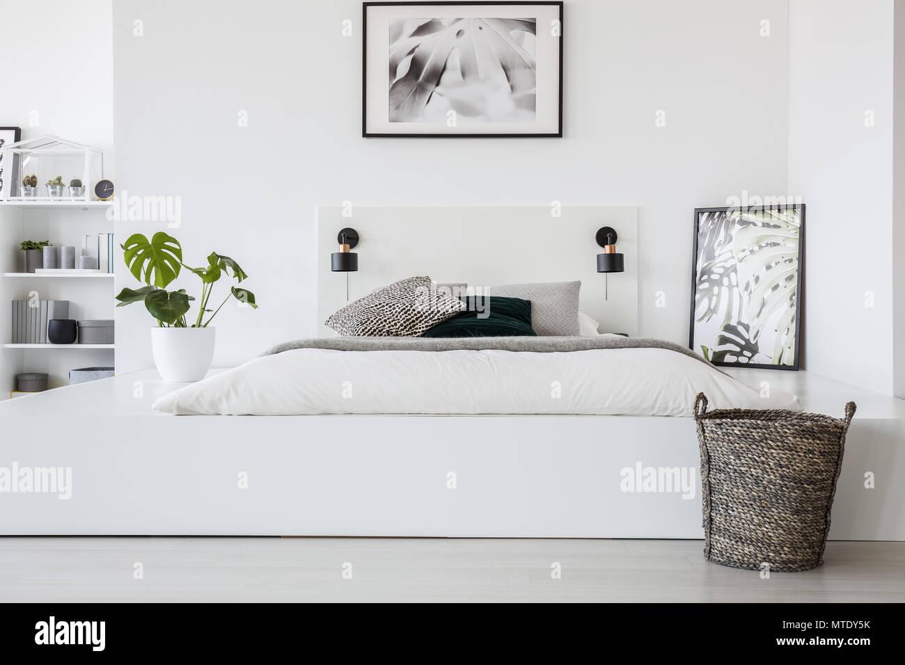 Warenkorb vor dem Bett auf der Plattform mit Pflanzen- und ...