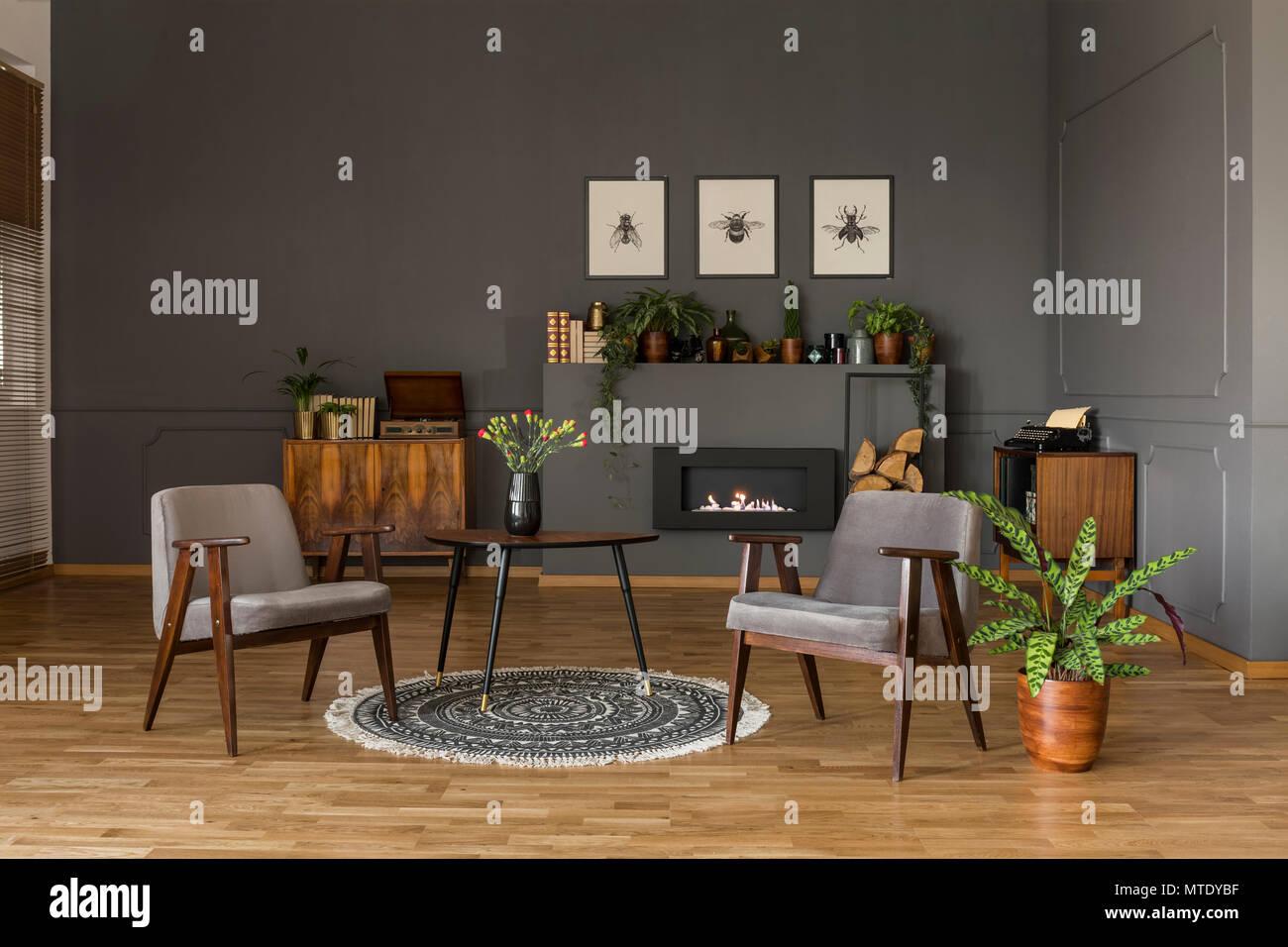 Tabelle Mit Blumen Auf Teppich Zwischen Grauen Sesseln Im Retro Look