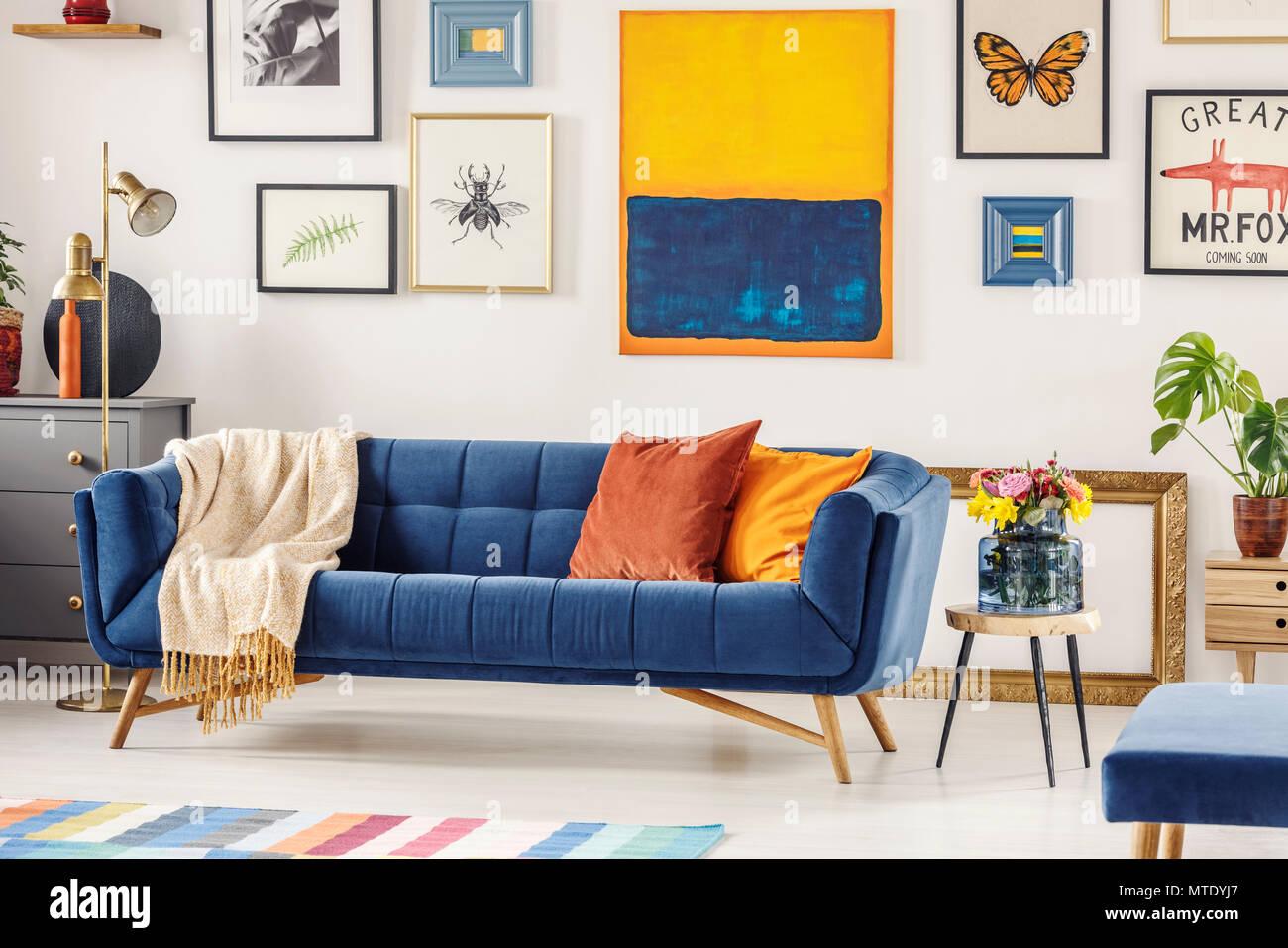 Real Photo Eines Marine Blaue Couch Mit Einer Decke Und Kissen