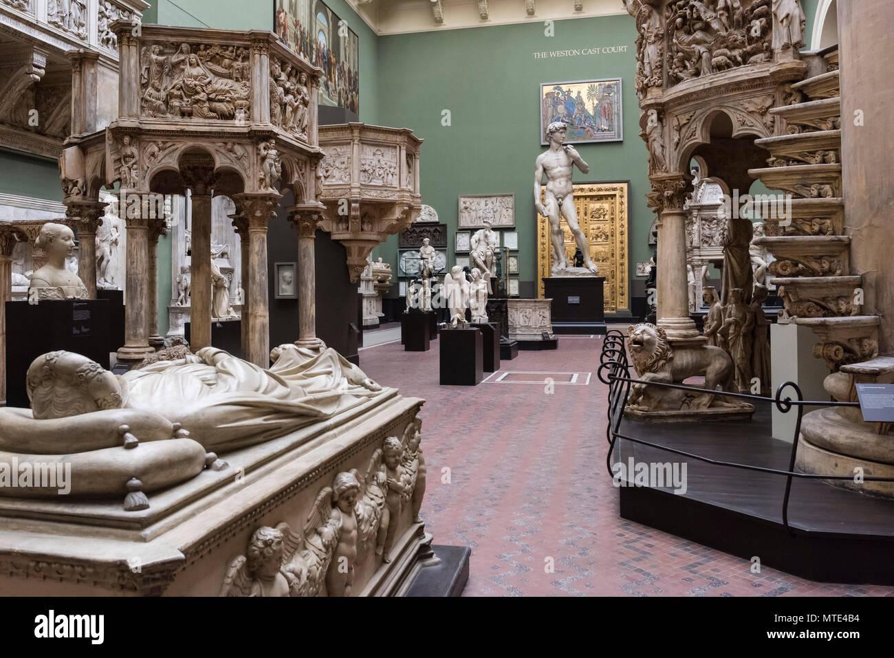London. England. V&A Victoria und Albert Museum. Die Weston Darsteller Hof (Galerie 46b) Der Weston Darsteller Hof (Galerie 46b) verfügt über mehr als 60 der V&A' Stockbild