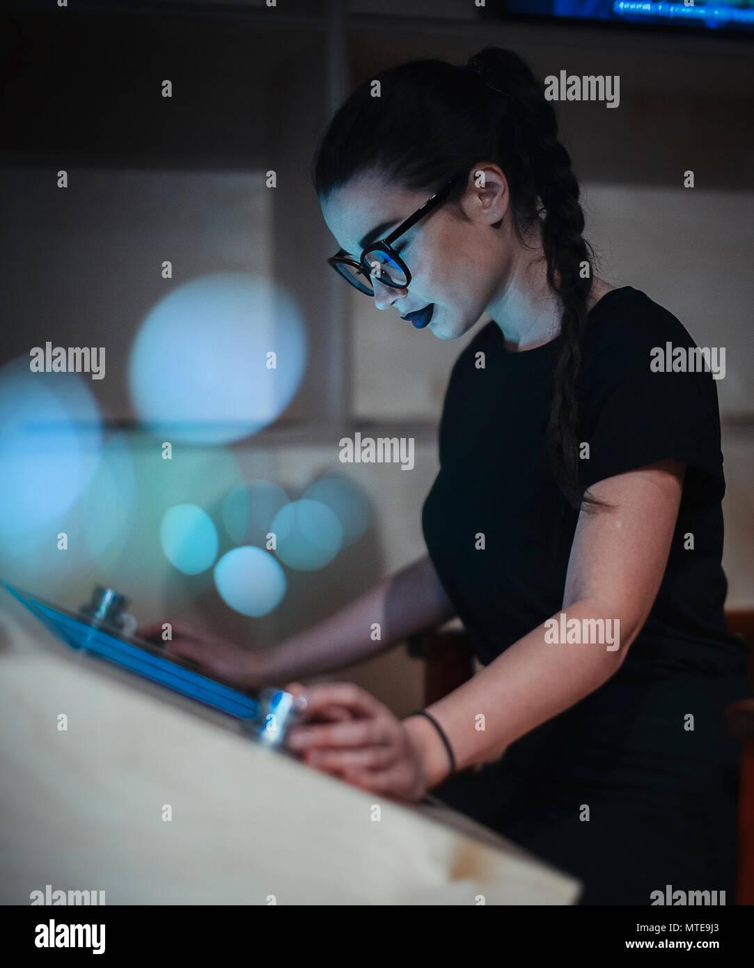 Junge brünette Mädchen mit Brille lesen Ebook in der Universität Stockbild