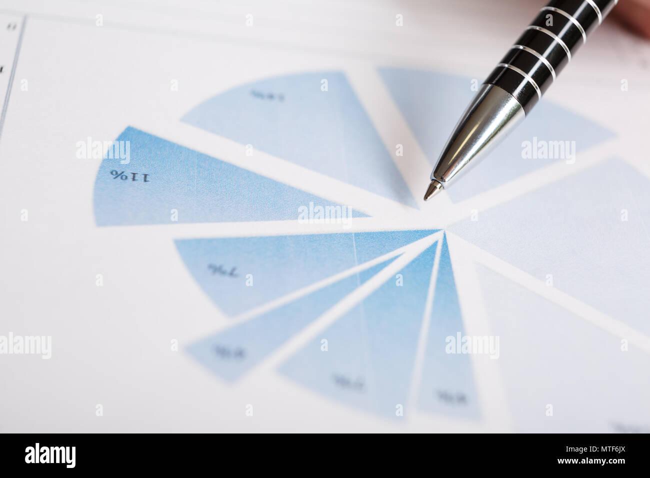 Pen auf die Grafik. Makro Bild. Finanzielle Daten analyse Konzept Stockbild
