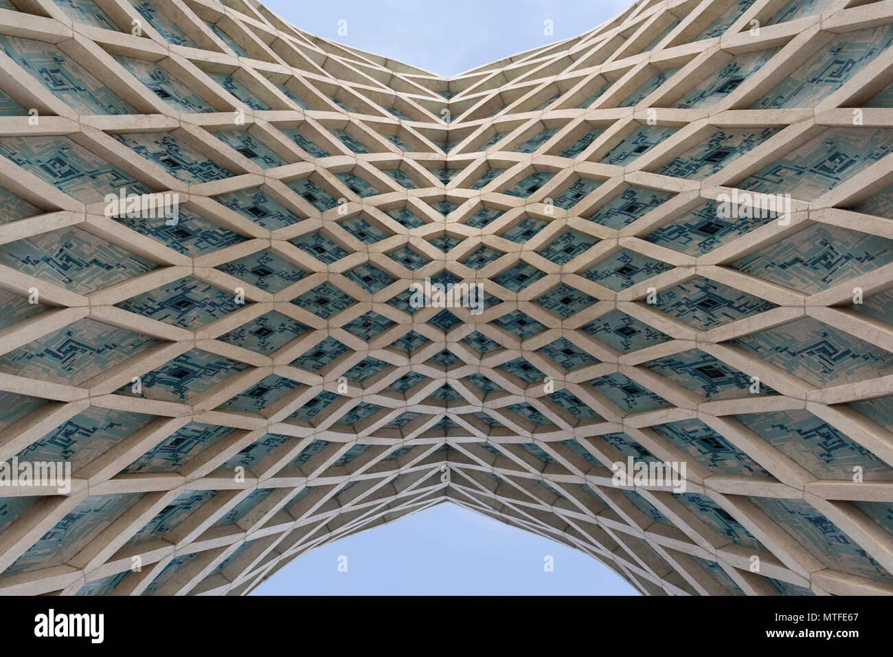 Teheran, Iran - 7 Mai 2018 Top Teil Azadi Turm Tore detail verbunden Brücke, islamischen Muster Architektur. Stockbild