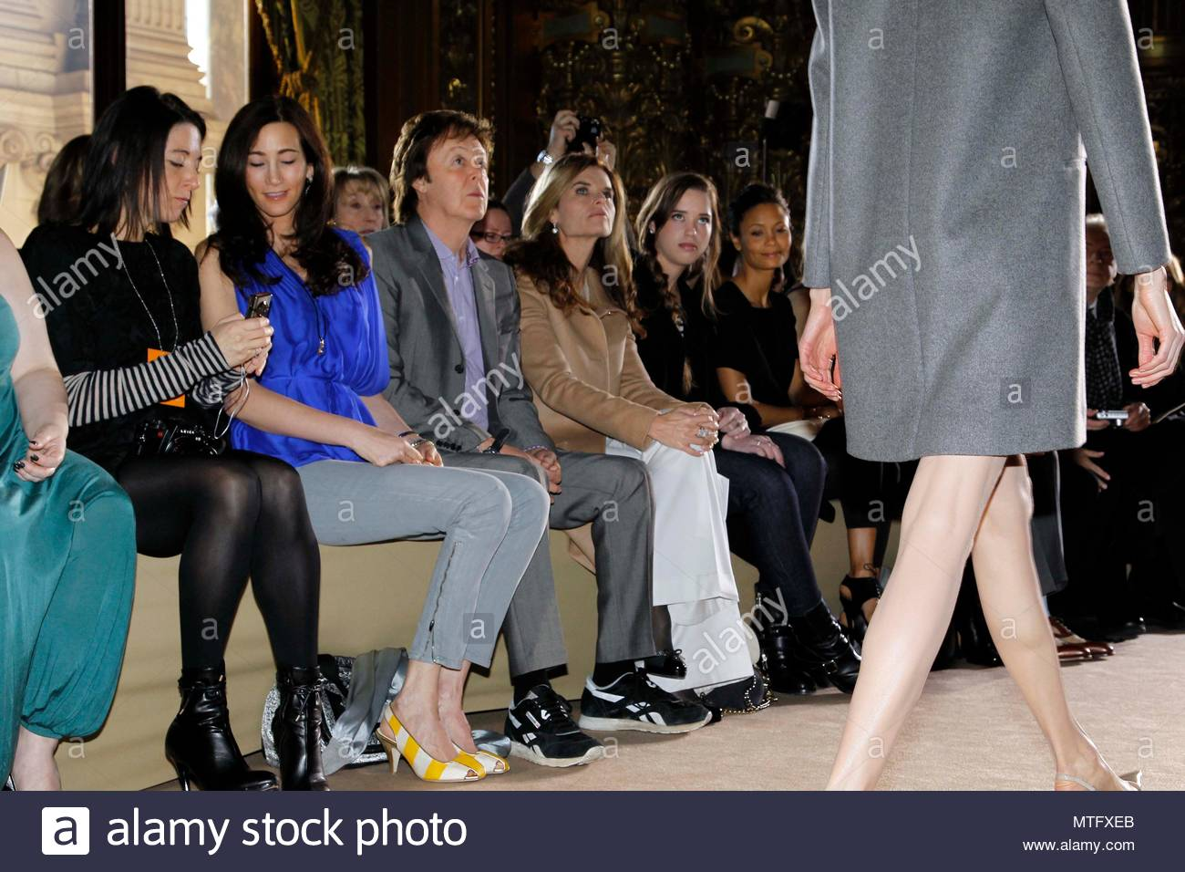 Nancy Shever, Paul McCartney, Maria Shriver, Christina, Thandie Newton und Laura Bailey. Stella McCartney bereit zu zeigen, als Teil des Paris Damenmode Fashion Week Herbst/Winter 2011 Verschleiß an der Opera Garnier in Paris, Frankreich. Stockbild