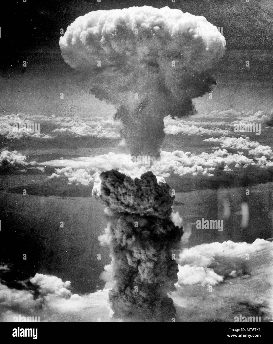 Atomic Cloud erhebt sich über Nagasaki, Japan - Atompilz über Nagasaki nach der Atombombe am 9. August 1945. Von der North West übernommen. Stockfoto