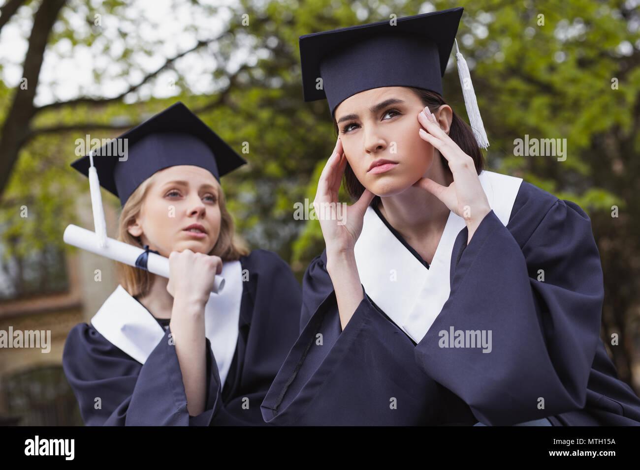 Zwei Studenten fühlen sich verloren nach dem Studium Stockbild