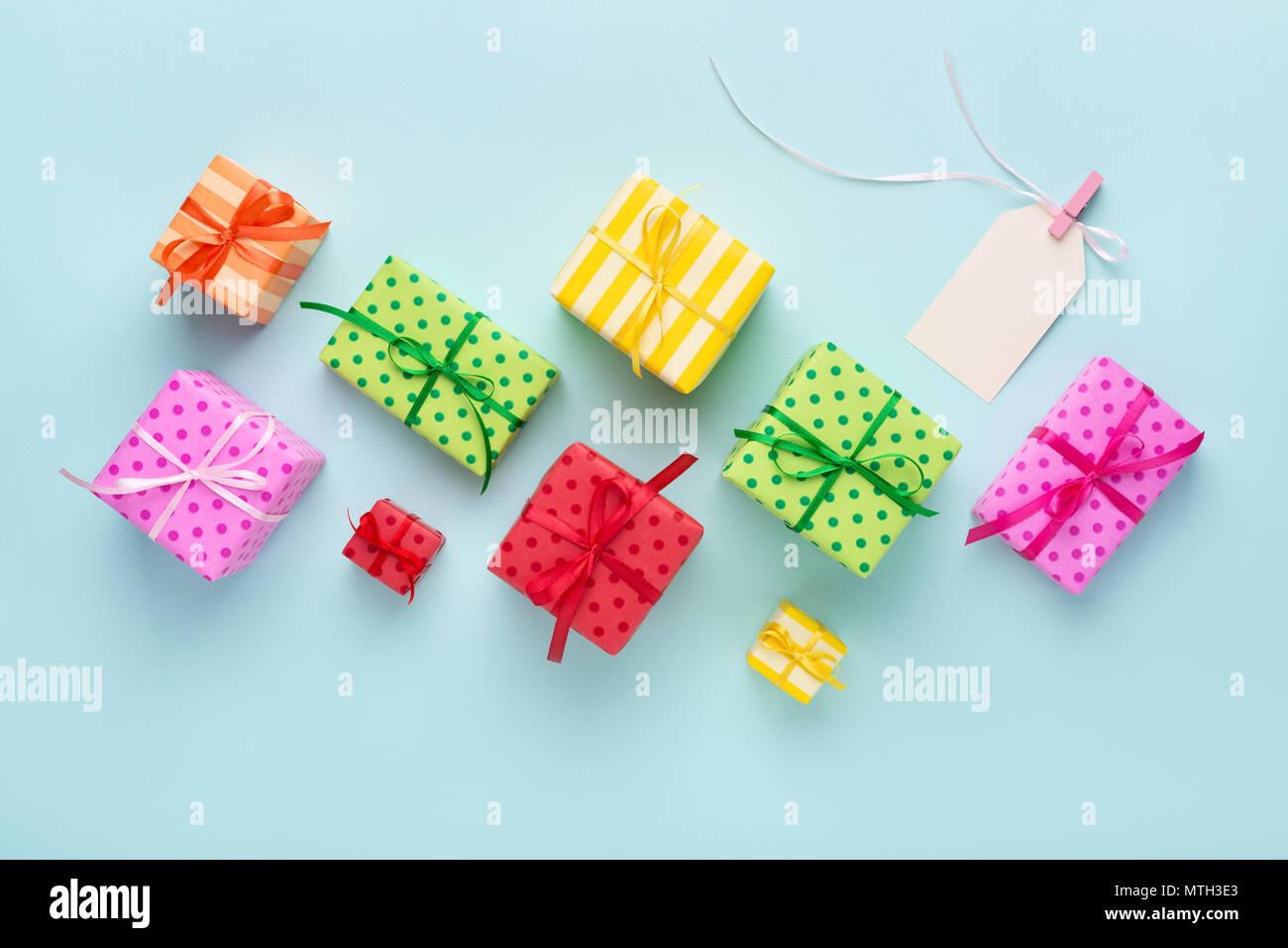 Urlaub Bunte Geschenkboxen Und Leerer Geschenkanhanger Mit Einem