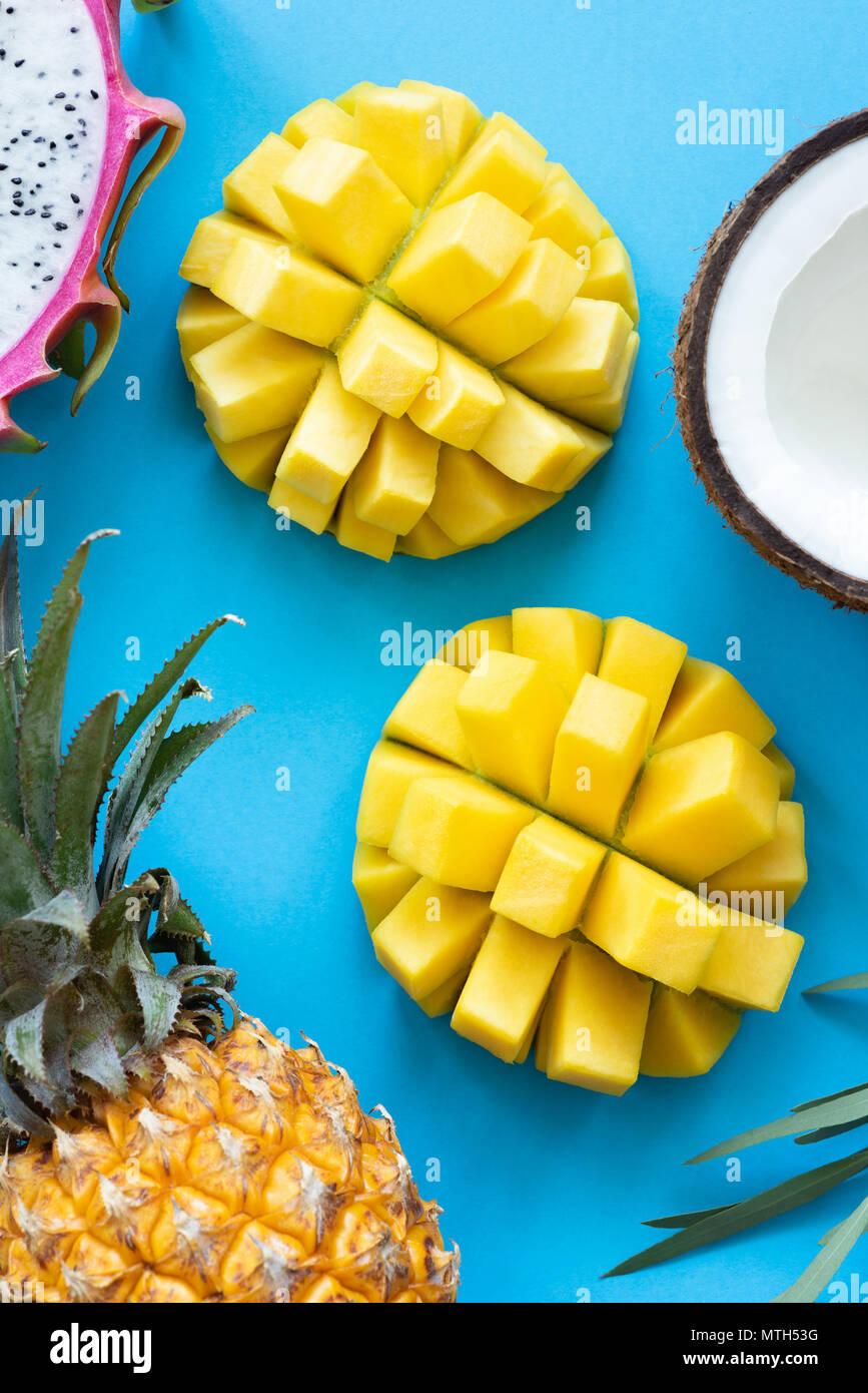 Frische tropische Früchte auf blauem Hintergrund. Exotische Früchte flach. Angesagte pop art Konzept Stockbild