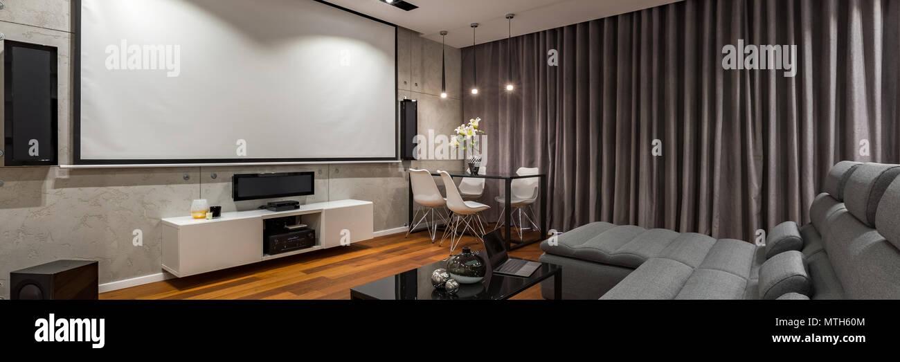 Wohnzimmer mit schmalen, schwarzen Couchtisch aus Glas und Leinwand ...