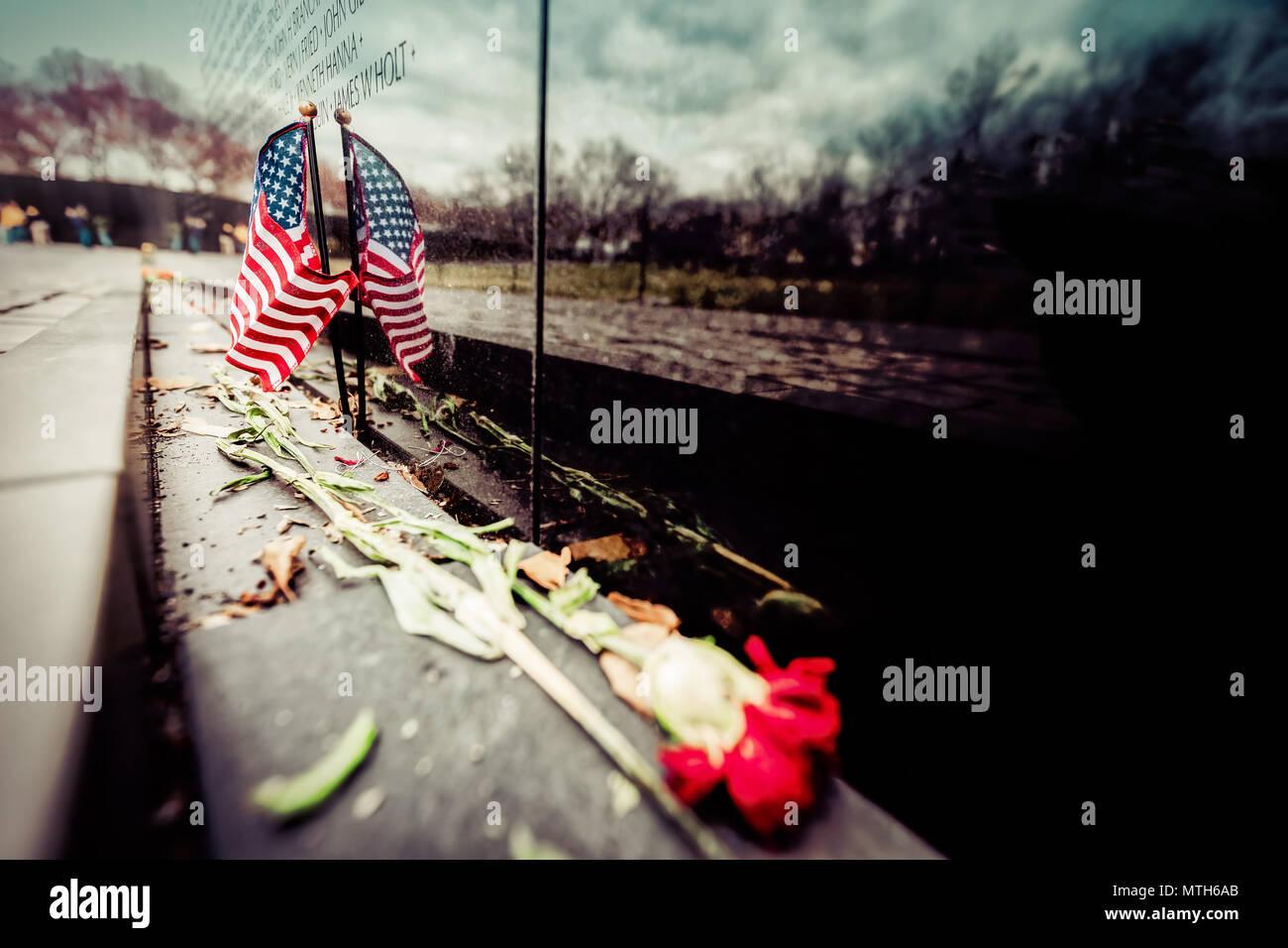 Eine amerikanische Flagge und eine Rose an der Vietnam Veterans Memorial in Washington, DC. Stockfoto