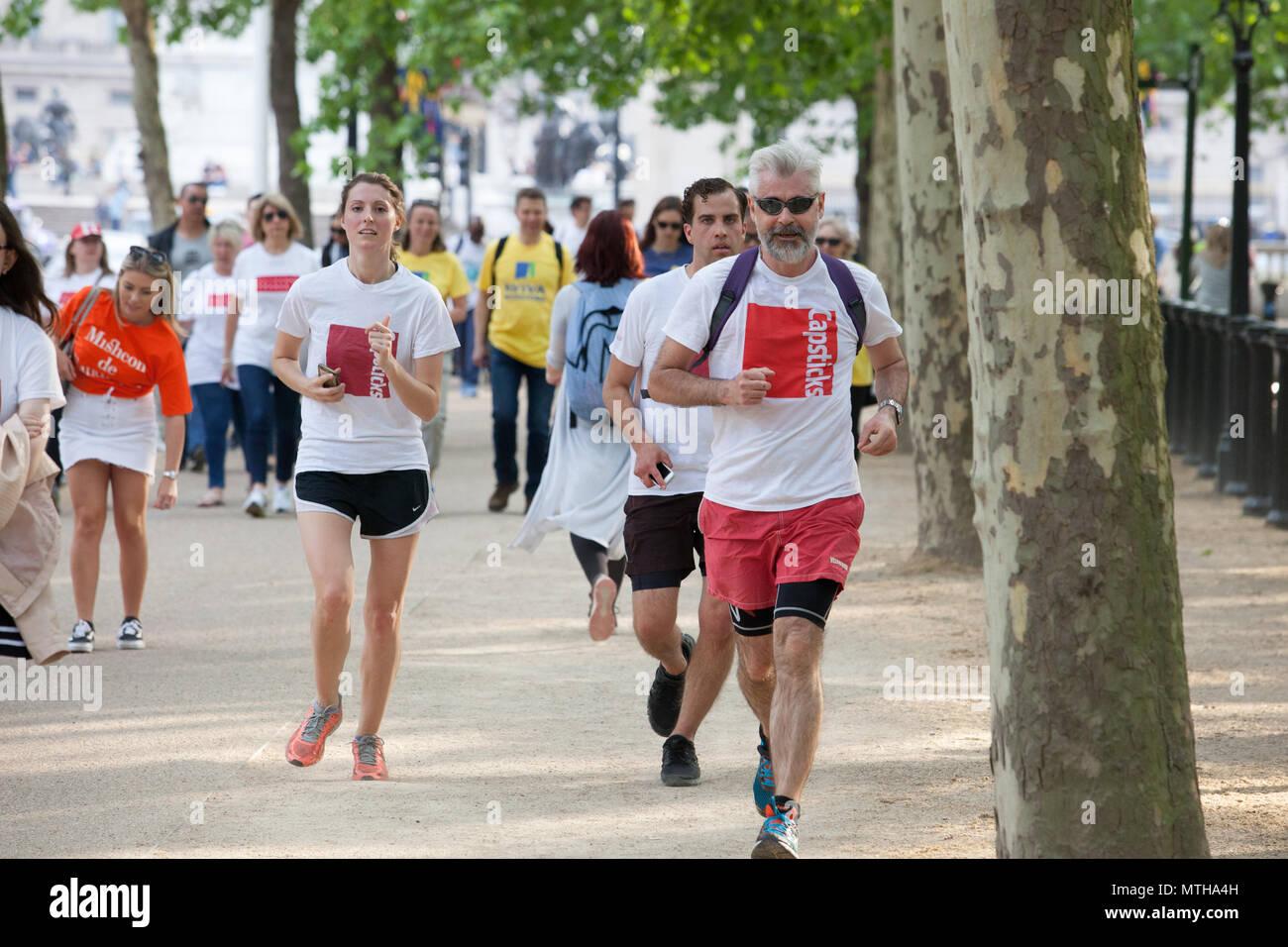London Rechtliche zu Fuß 2018, eine jährliche Sponsored Walk Geld für Prozesskostenhilfe zu erhöhen. Die, die teilnehmen, sind in erster Linie Rechtsanwälte und Mitarbeiter der Anwaltskanzleien. Stockbild