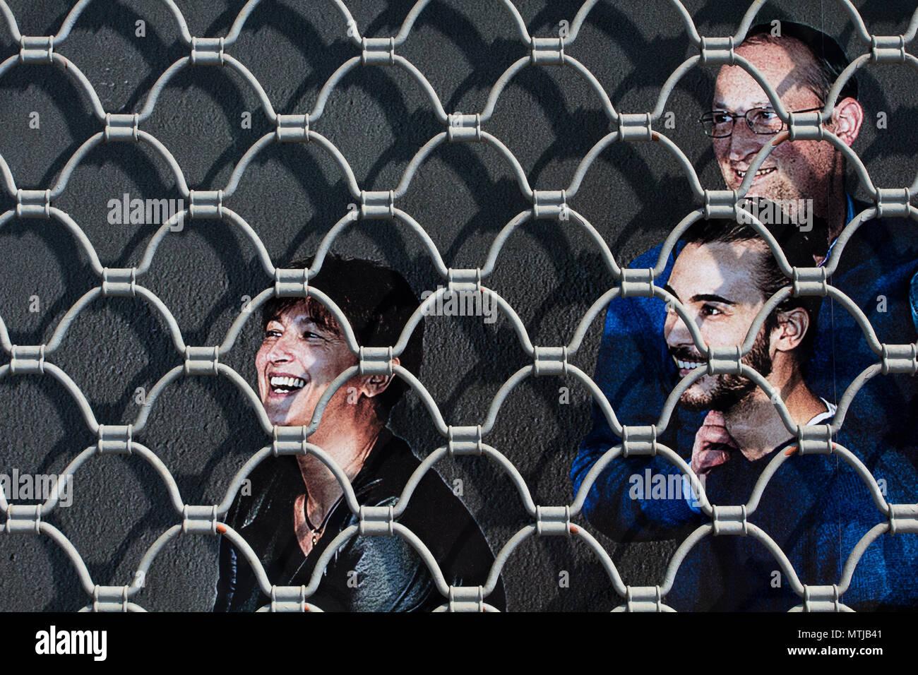 Lächelnd hinter den Rolling Shutter Stockbild