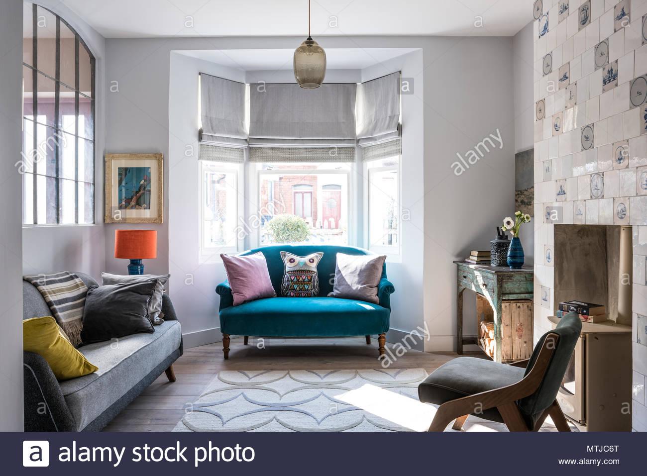 Große Französische Metal Geborgen Fenster Im Wohnzimmer Mit Delfter Kacheln  Kamin. Das Graue Vintage Sofa Ist Aus Französisch Affäre. Der Teppich Von  ...