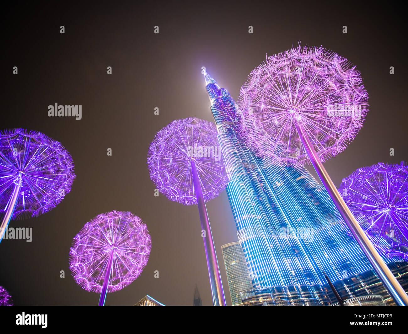 Dubai, VAE - 15. Mai 2018: Burj Khalifa am späten Abend vor dem Hintergrund von leuchtenden Löwenzahn. Stockbild