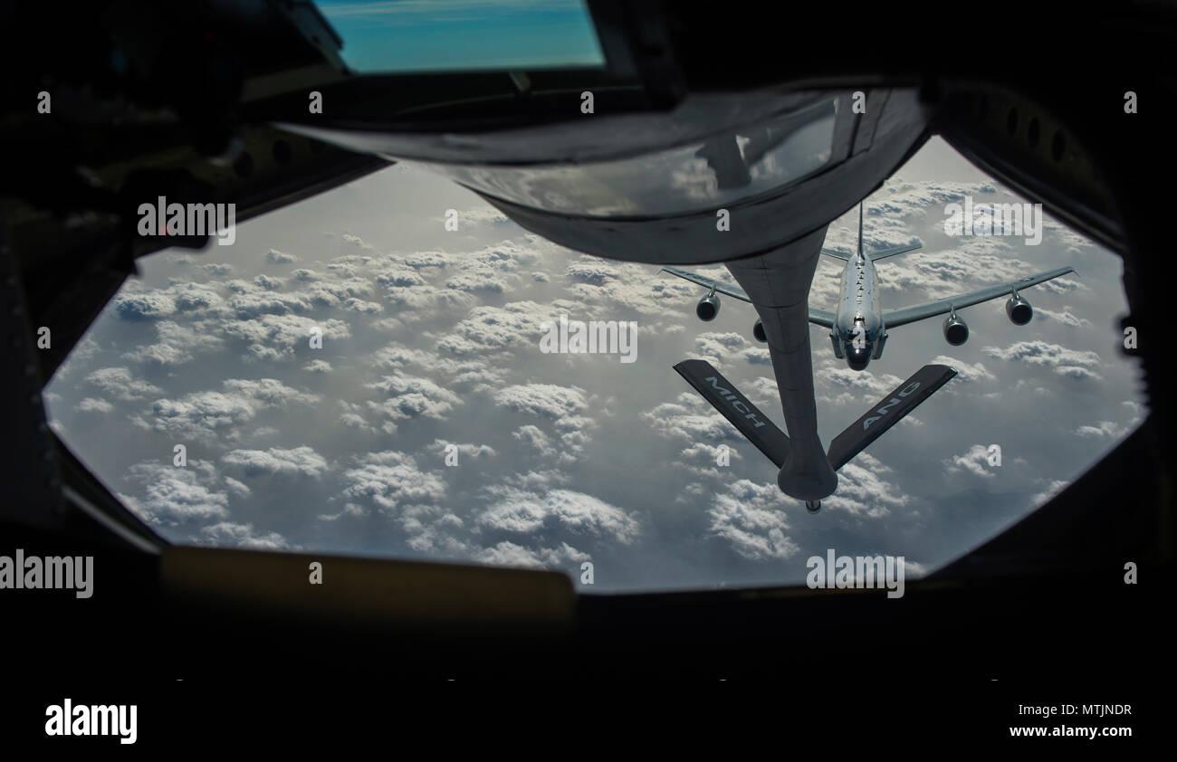 Ein US Air Force RC-135 Nietverbindung Ansätze einer KC-135 Stratotanker Luftbetankung zur Unterstützung der Sentinel mission eine Operation, die die Freiheit des über Afghanistan Jan. 3, 2017. Die 340 Expeditionary Luftbetankung Staffel ist aktiv in der Taktischen tanken Operationen, kinetische und ihre nicht-kinetische Funktionen im gesamten Südwesten Asien. (U.S. Air Force Foto: Staff Sgt. Matthew B. Fredericks) Stockfoto