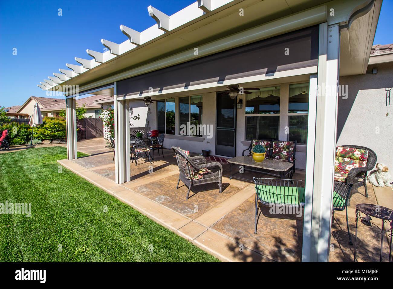 Moderne Terrasse mit Möbel außerhalb Zurück Home Stockfoto ...