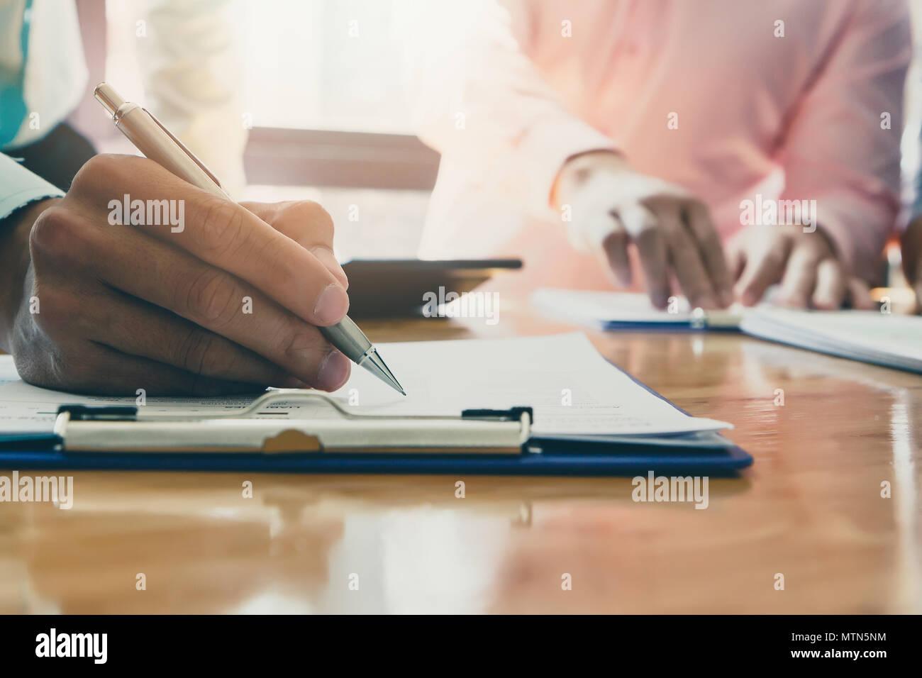Unternehmer schriftlich oder verweist auf den Bericht. Business Strategie Konzept. Stockbild