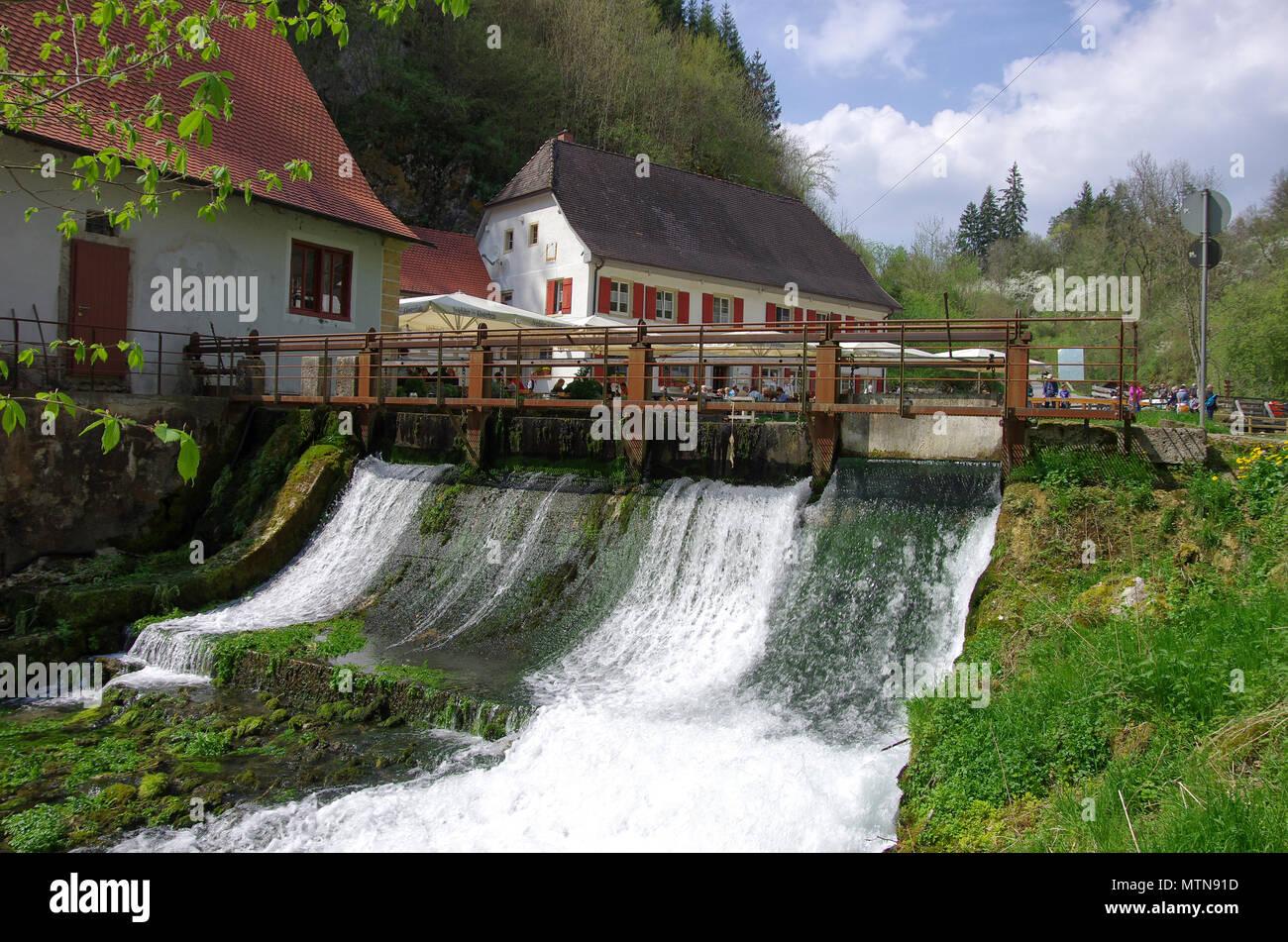 Wimsener Mühle (wimsener Mühle) mit beliebtes Restaurant und Wehr in der Zwiefalter Ach in der Nähe von Hayingen, Deutschland. Stockbild