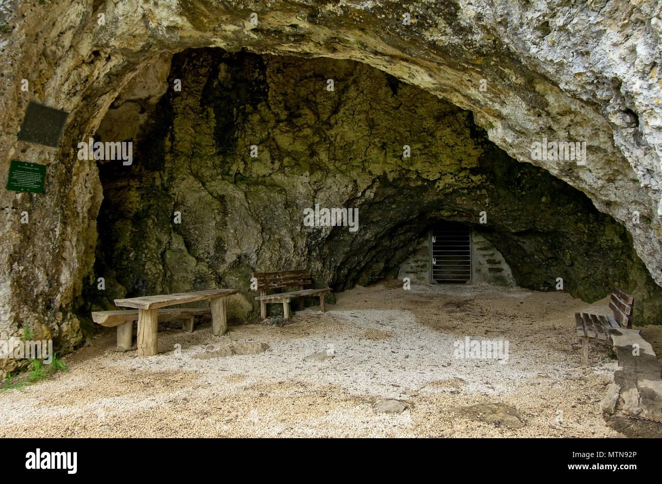 Eingang zu einer Höhle; Gutenberg Höhle in der Nähe von Lenningen, Schwäbische Alb, Deutschland. Stockbild