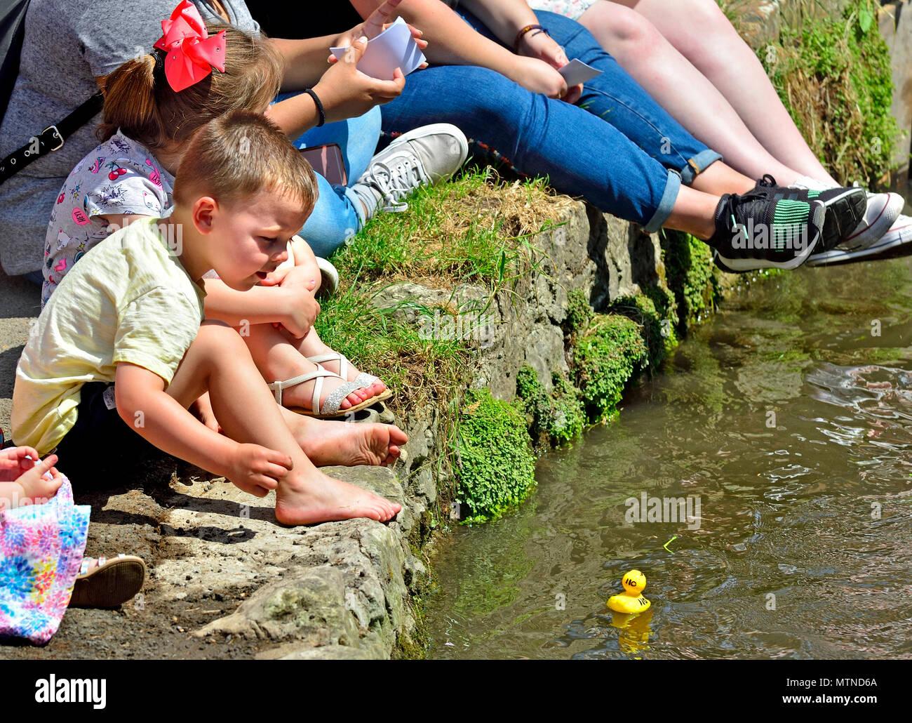 May Bank Holiday Duck Race in Losen Dorf, Kent. Kinder aufpassen, die Enten auf lose Bäche an der jährlichen Veranstaltung. Stockbild
