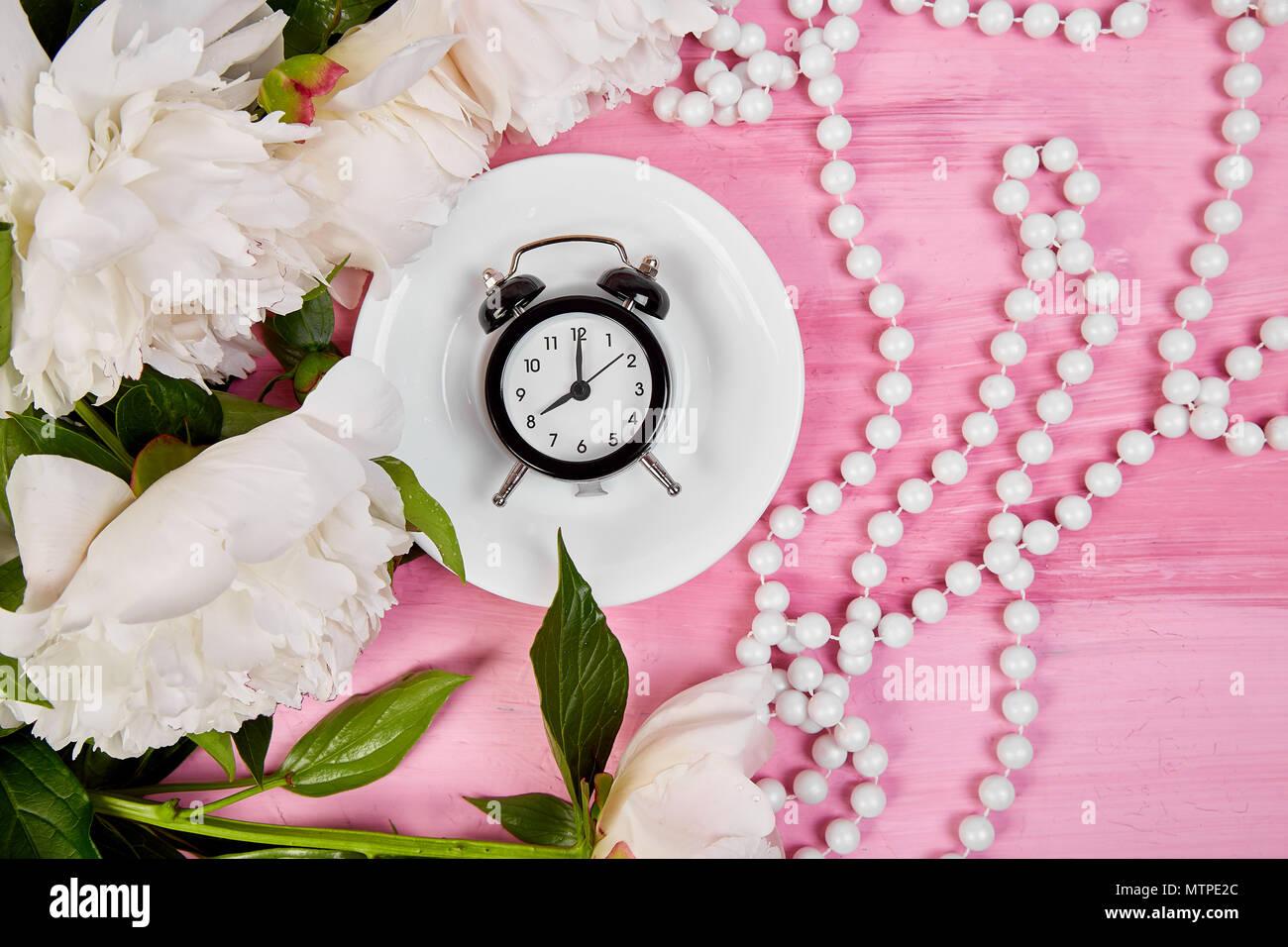 Guten Morgen Tee Wecker Und Blumenstrauß Weiße Pfingstrose