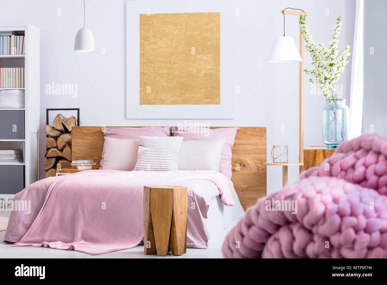 Gemütliches Schlafzimmer in Holz- und rosa Stil mit großen Bett ...