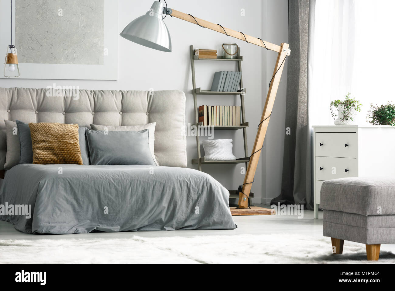 Holzdekor In Gemutlichen Grau Schlafzimmer Mit Regal Aus Leiter Stockfotografie Alamy