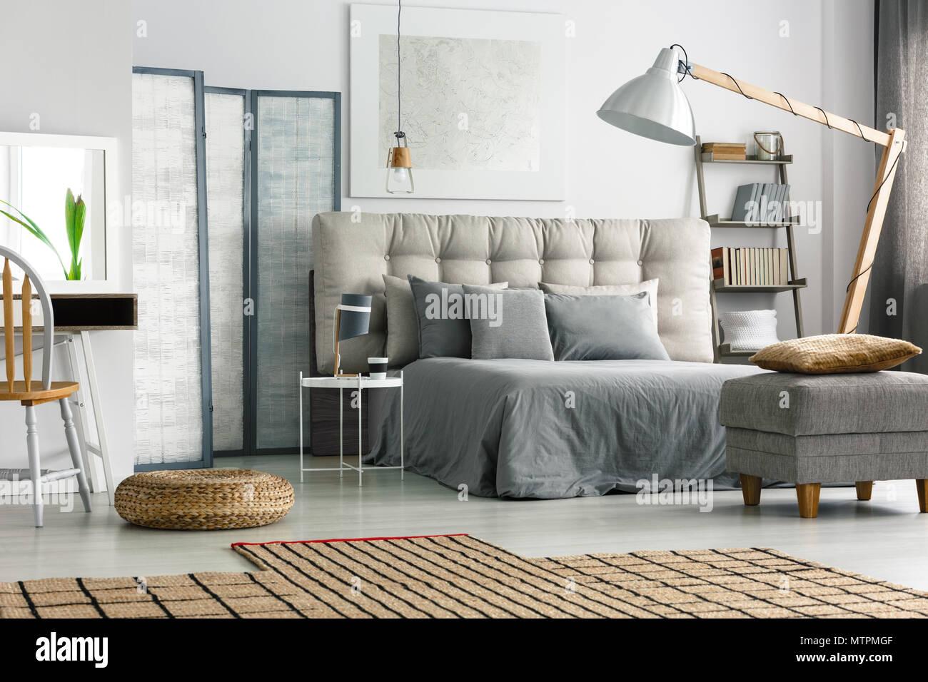 Wicker Teppich Auf Dem Boden In Gemutlichen Grau Schlafzimmer Mit Bett Stockfotografie Alamy