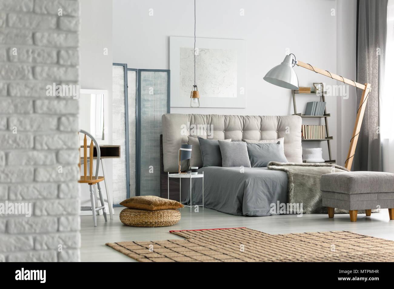 Gemütlichen grau Schlafzimmer im Loft mit weißen Wand ...