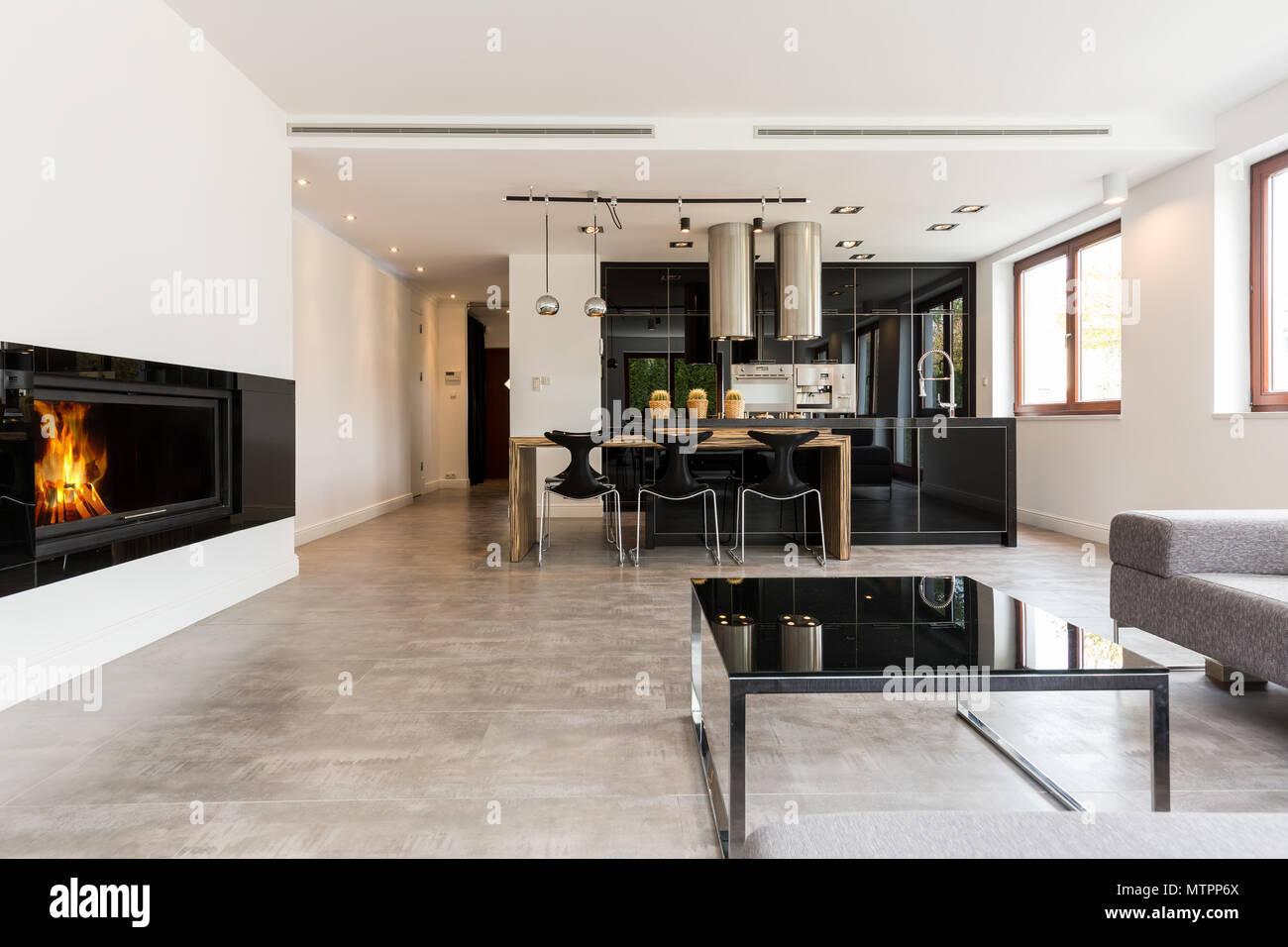 Geräumiger Innenraum mit Kamin, Sofa, kleiner Tisch ...