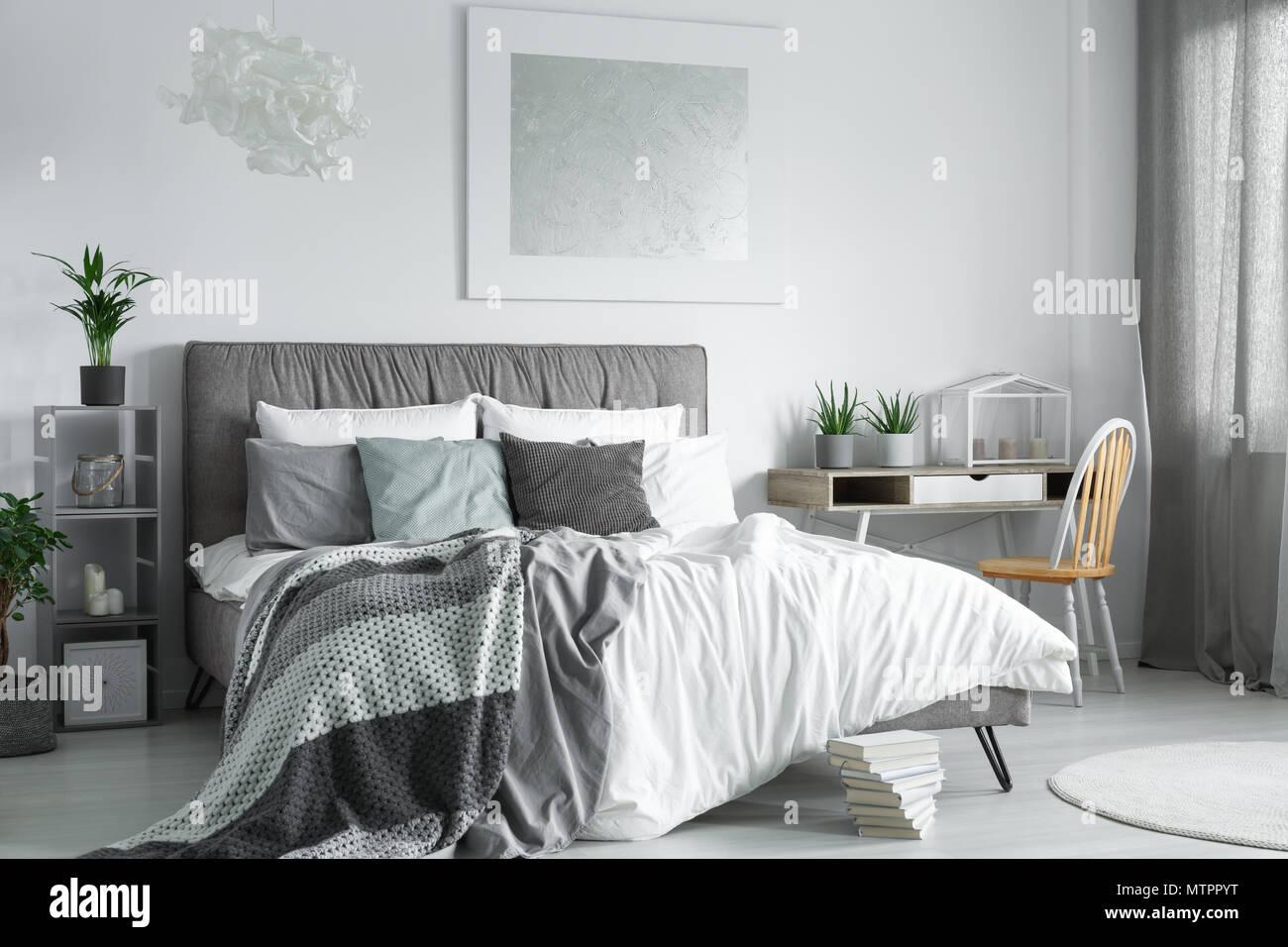 Schreibtisch aus Holz mit Topfpflanzen im Schlafzimmer Ecke steht ...
