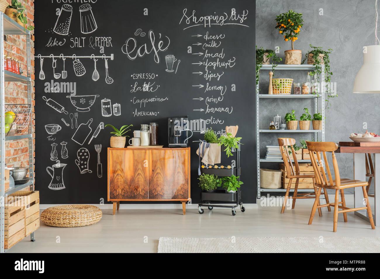 Tafel an der Wand mit niedlichen Zeichnungen in der Küche der ...