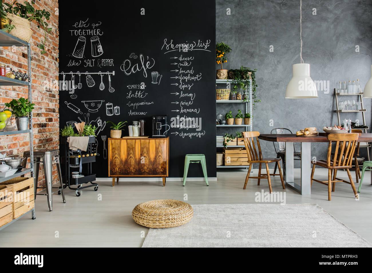Frische Lebensmittel und Kräuter in der Küche Stockfoto ...
