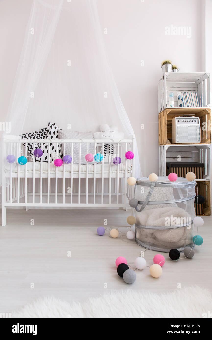 Schuß eines einfachen, modernen Kinderzimmer Stockfoto, Bild ...