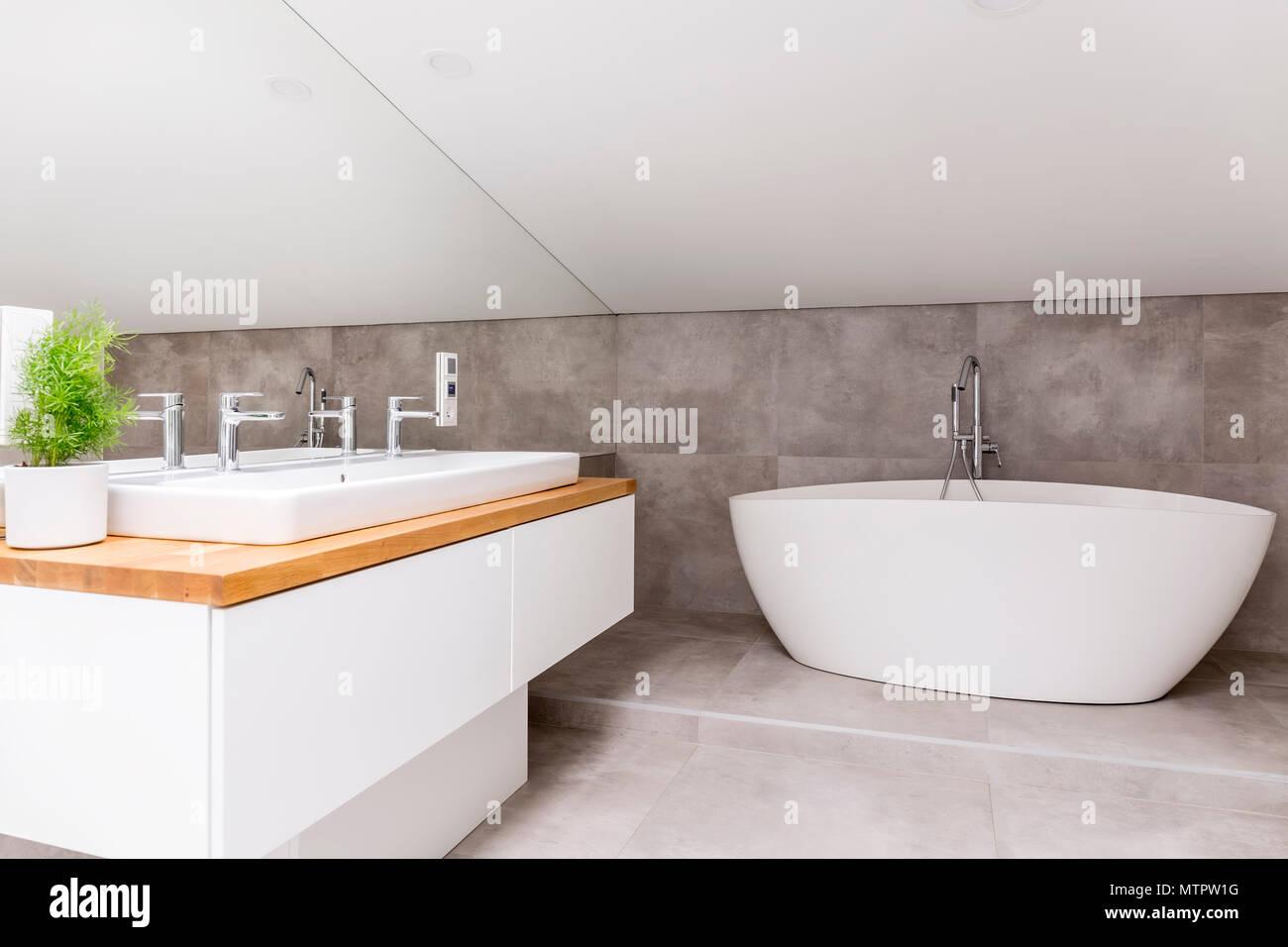 Holzkiste mit Waschbecken und Wasserhahn im Badezimmer mit geformten ...