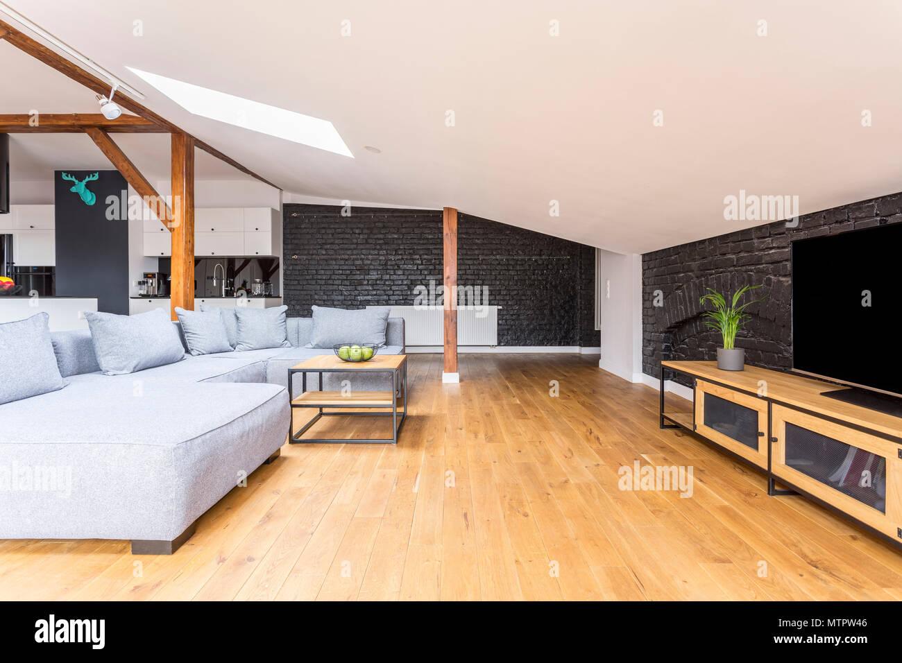 Fernsehen Auf Langen Holzernen Einbauschrank In Wohnzimmer Mit Couch