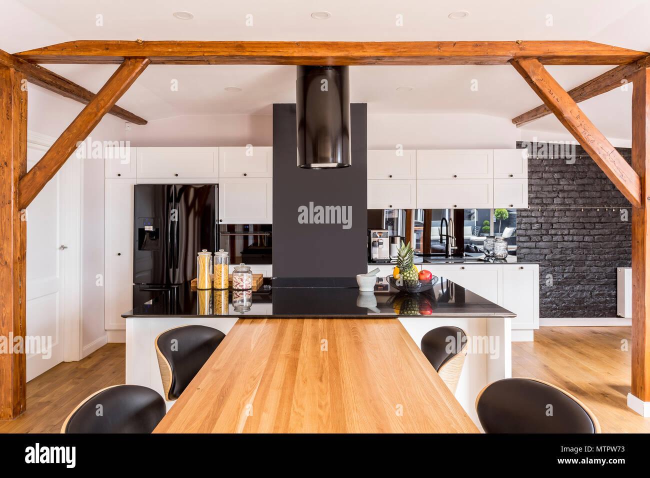 Moderne Küche Mit Weißen Schränke Und Schwarz Dunstabzug über Hochglanz  Arbeitsplatte