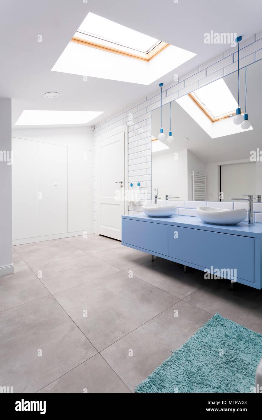 Gemutliche Dachgeschoss Badezimmer Mit Grau Blau Waschbecken