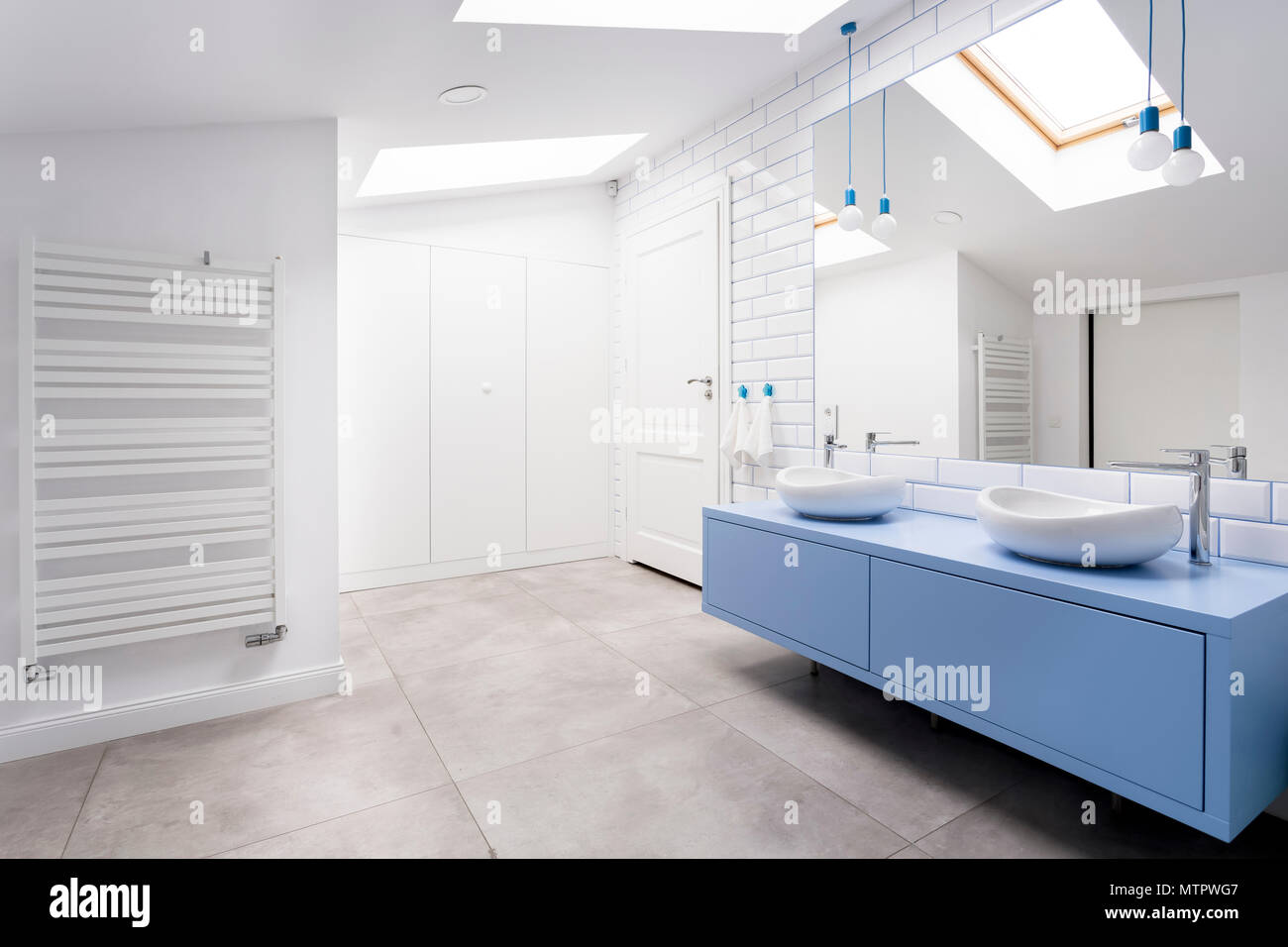 Gemutliche Dachgeschoss Badezimmer Mit Grau Blau Waschkommode Und