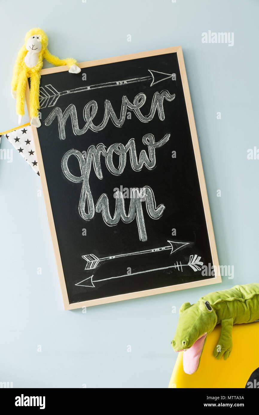 Nahaufnahme einer Tafel mit einem Motto mit Kreide geschrieben ...