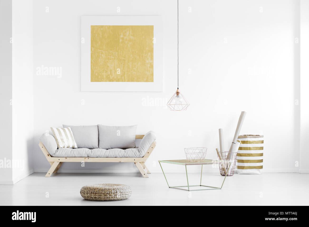 Golden Plakat Auf Weisser Wand Uber Holz Couch In Helles Wohnzimmer